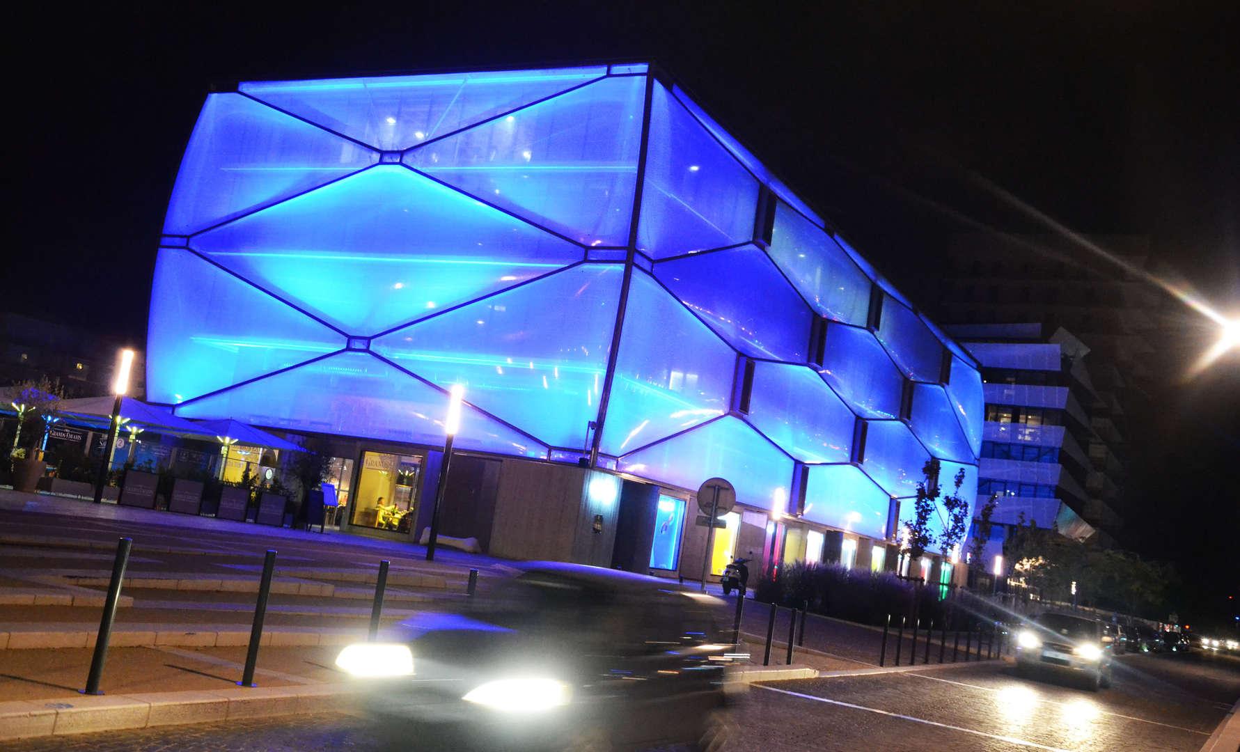 Nuage-port-marianne-Montpellier-de-nuit-eclairage-bleu_free_format